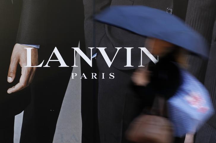 A woman walks past a Lanvin store in Paris, France, January 12, 2017.    REUTERS/Christian Hartmann