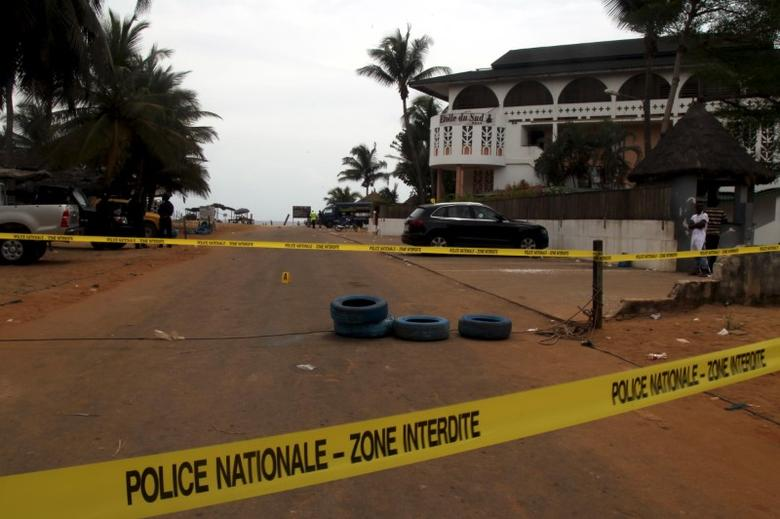 A police cordon is seen around the hotel Etoile du Sud following an attack by gunmen from al Qaeda's North African branch, in Grand Bassam, Ivory Coast, March 14, 2016. REUTERS/Luc Gnago   - RTX293Q5