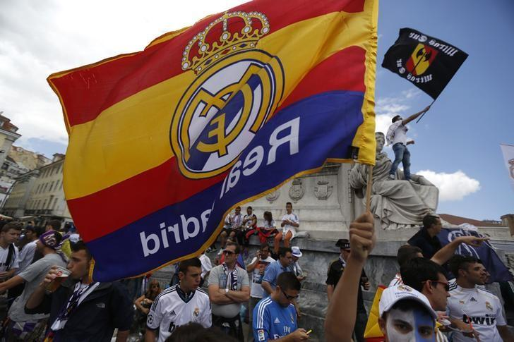 Real Madrid supporters wave their team's flags in downtown Lisbon May 24, 2014.    REUTERS/Rafael Marchante/Files