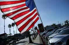 Una bandera estadounidense flamea en una venta de autos en Oceanside, California, Estados Unidos. 3 de octubre 2016. Las ventas minoristas en Estados Unidos subieron en diciembre respaldadas por una fuerte demanda de vehículos y mobiliario, en nueva evidencia de que la economía del país cerró el cuarto trimestre del 2016 con impulso y que se encamina a registrar un crecimiento más sólido este año.  REUTERS/Mike Blake - RTSQLE0