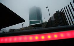 Здание ЕЦБ во Франкфурте-на-Майне. Европейский центробанк вряд ли изменит монетарную политику в четверг, в то время как данные из США помогут Федрезерву решить, должно ли новое повышение ставки последовать сразу за подъемом в декабре.  REUTERS/Ralph Orlowski