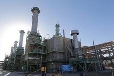 Трубы в нефтяном порту Рас-аль-Ануф в Ливии. Цены на нефть существенно прибавили в ходе вечерних торгов во вторник благодаря ослаблению доллара и готовности Саудовской Аравии сократить добычу в рамках глобального пакта.  REUTERS/Esam Omran Al-Fetori