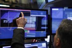Трейдер на торгах Нью-Йоркской фондовой биржи 13 января 2017 года. Фондовые рынки США закрылись снижением во вторник, при этом акции финансового, транспортного и других секторов, значительно укрепивших позиции после президентских выборов, ослабли с началом сезона корпоративной отчётности. REUTERS/Lucas Jackson