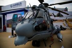 Un hélicoptère militaire d'Airbus. La Pologne étudie des propositions d'Airbus, Sikorsky (groupe Lockheed Martin) et Leonardo-Finmeccanica en vue de l'achat de 14 hélicoptères militaires cette année. /Photo d'archives/REUTERS/Kacper Pempel
