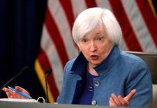 """Avec une économie américaine proche du plein emploi et une inflation qui se dirige vers l'objectif de 2% fixé par la Réserve fédérale, un relèvement progressif des taux d'intérêt par la banque centrale américaine est """"pertinent"""", a déclaré mercredi sa présidente Janet Yellen (photo). /Photo prise le 14 décembre 2016/REUTERS/Gary Cameron"""