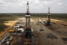 Буровые установки на нефтяной скважине венесуэльской госкомпании PDVSA в венесуэльском штате Монагас. 16 апреля 2015 года. Обвал нефтяных котировок, заставивший мировые нефтегазовые компании сократить расходы на геологоразведку, привёл к тому, что количество открытых месторождений нефти и газа в 2016 году упало до минимума за семьдесят лет. REUTERS/Carlos Garcia Rawlins