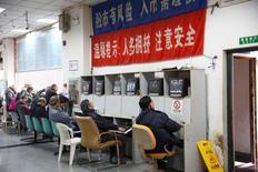 Брокерская контора в Шанхае. 3 января 2017 года. Китайские фондовые индексы снизились по итогам торгов четверга на фоне падения акций энергетических и инфраструктурных компаний и осторожности инвесторов в преддверии празднования Нового года по лунному календарю. REUTERS/Aly Song