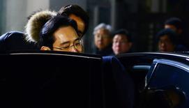 El líder del grupo Samsung, Jay Y. Lee, deja el centro de detención de Seúl, en Uiwang, Corea del Sur. 19 de enero 2017.  Una corte de Corea del Sur rechazó el jueves otorgar una orden de arresto contra el jefe de Samsung Group, el mayor conglomerado del país, en el marco de un escándalo de sobornos que ha llevado a la realización de un juicio político contra la presidenta Park Geun-hye.  Park Ji-hye/News1 via REUTERS