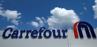 Imagen de archivo el logo de Carrefour en Tbisili, Georgia. 13 julio 2016. Carrefour, el segundo minorista más grande del mundo, dijo que el crecimiento de sus ventas se desaceleró en el cuarto trimestre, reflejando el desempeño más débil en su mercado principal francés, donde las tiendas se vieron presionadas por un ambiente persistentemente difícil. REUTERS/David Mdzinarishvili/File Photo