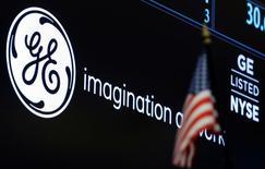 El logo de GE en la bolsa de Nueva York, en Estados Unidos. 30 de junio 2016.El conglomerado manufacturero General Electric reportó el viernes un aumento de un 35,7 por ciento en sus ganancias trimestrales, ayudado por la fortaleza en sus negocios de energía tradicional y renovable.  REUTERS/Brendan McDermid