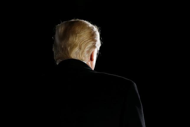 1月19日、1カ月前、米国株とドルは、財政支出拡大や規制緩和などトランプ次期米大統領(写真)の掲げる政策への期待感から大幅に上昇していた。しかし新政権がこうした政策を実際にどの程度実行に移せるのか疑問が強まっている。ワシントンで撮影(2017年 ロイター/Jonathan Ernst)