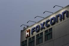 Foxconn envisage d'installer une usine de fabrication d'écrans plats aux Etats-Unis dans le cadre d'un investissement de plus de sept milliards de dollars (6,54 milliards d'euros). Le projet serait réalisé avec sa filiale Sharp, et dépendrait de nombreux facteurs, dont les conditions d'investissement qui seront négociées. /Photo d'archives/REUTERS/Tyrone Siu