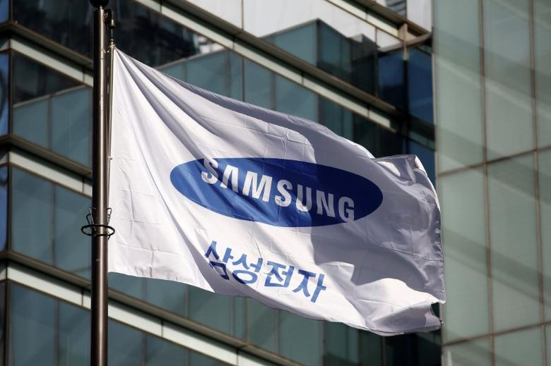 A flag bearing the logo of Samsung Electronics is pictured at its headquarters in Seoul, South Korea, November 29, 2016.  REUTERS/Kim Hong-Ji/File Photo - RTX2V5PF