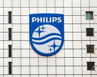 Логотип Philips на здании штаб-квартиры компании в Амстердаме. 28 января 2014 года. Производитель медицинского оборудования Philips опубликовал во вторник финансовые результаты за четвертый квартал, которые оказались хуже рыночных ожиданий, и сообщил, что конфликт с Минюстом США из-за дефибрилляторов, проданных в 2015 году, значительно повлияет на показатели соответствующего подразделения. REUTERS/Toussaint Kluiters/United Photos/File Photo