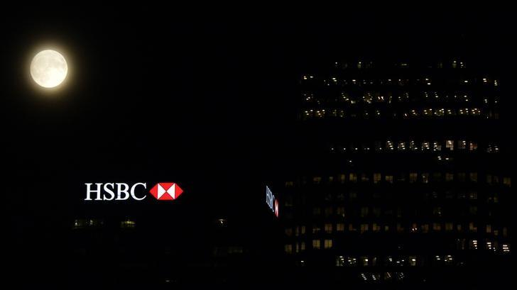 The moon rises over the HSBC building in the Canary Wharf financial district of London, a day before the ''supermoon'' spectacle, in London, Britain November 13, 2016.   REUTERS/Hannah McKay
