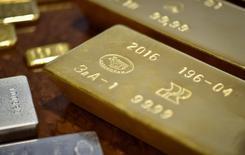 Золотые слитки. Золото во вторник дешевеет, отдаляясь от двухмесячного максимума, так как инвесторы оценили первые политические шаги президента США Дональда Трампа, а доллар восстановился с недавних минимумов.  REUTERS/Mariya Gordeyeva