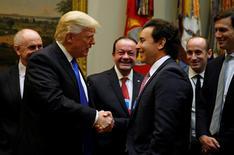 Presidente dos EUA, Donald Trump, cumprimenta líderes da indústria automotiva na Casa Branca.    24/01/2017   REUTERS/Kevin Lamarque