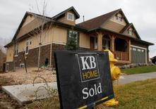 Les reventes de logements ont baissé plus fortement que prévu en décembre aux Etats-Unis, l'offre de biens disponibles étant tombée à son plus bas niveau depuis 1999. Les reventes de logements ont diminué de 2,8% au rythme annualisé de 5,49 millions d'unités le mois dernier. /Photo d'archives/REUTERS/Rick Wilking