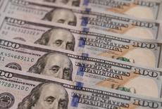 Стодолларовые купюры. 31 октября 2016 года. Доллар немного снизился к иене и евро в среду из-за сохраняющегося беспокойства о протекционистских взглядах президента США Дональда Трампа. REUTERS/Valentyn Ogirenko/Illustration