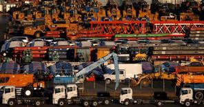 De nouvelles voitures attendent d'être exportées, dans un port de Yokohama, au Japon. Les exportations japonaises ont augmenté pour la première fois en 15 mois en décembre, à la faveur des livraisons de pièces de voitures et de produits électroniques, des données qui suggèrent une reprise de la demande et confirment l'accélération de la croissance de la troisième économie mondiale. /Photo prise le 16 janvier 2017/REUTERS/Toru Hanai