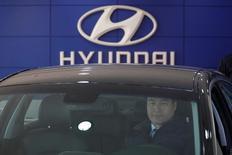 Hyundai Motor a annoncé mercredi un bénéfice en baisse de 39% au titre du quatrième trimestre et l'exercice 2016 s'achève sur un recul de 16% pour le constructeur automobile sud-coréen, une quatrième année consécutive de baisse de ses résultats. /Photo prise le 25 janvier 2017/REUTERS/Kim Hong-Ji