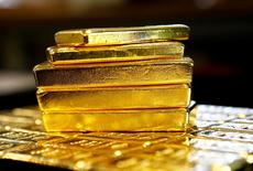 Barras de oro se ven en la planta separadora de oro y de plata 'Oegussa' en Viena, Austria. 18 de marzo 2016.El oro caía el jueves y tocó mínimos de dos semanas ante la fortaleza del dólar, de los rendimientos de los bonos del Tesoro de Estados Unidos y de los mercados bursátiles, pero las expectativas de que el avance del billete verde pueda estar terminando contenía las pérdidas.REUTERS/Leonhard Foeger/File Photo   - RTX2ST2H