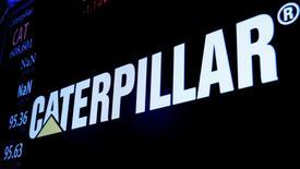 Caterpillar a fait état jeudi d'une prévision de bénéfice annuel inférieure aux attentes en raison d'une baisse de la demande dans les secteurs de la construction et de l'énergie. /Photo prise le 2 décembre 2016/REUTERS/Brendan McDermid