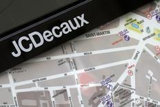 JCDecaux, le leader mondial de la communication extérieure qui est à suivre à la Bourse de Paris, a dit jeudi avoir réalisé en 2016 un chiffre d'affaires ajusté en hausse de 5,8% à 3,39 milliards d'euros (+3,3% en organique). /Photo d'archives/REUTERS/Jacky Naegelen
