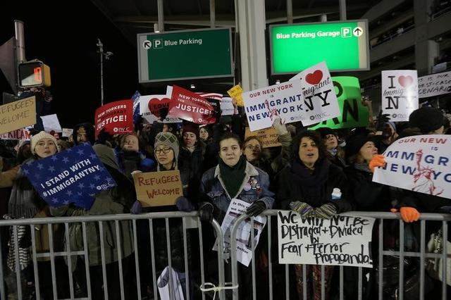 Protesters gather outside Terminal 4 at JFK airport in opposition to U.S. president Donald Trump's proposed ban on immigration in Queens, New York City, U.S., January 28, 2017. REUTERS/Stephen Yang - RTSXU2T