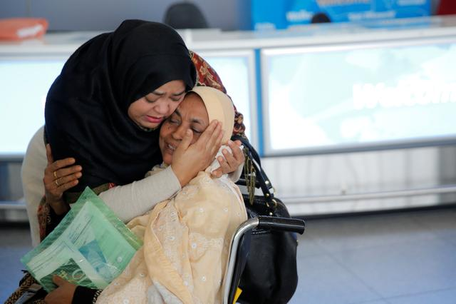 A woman greets her mother after she arrived from Dubai on Emirates Flight 203 at John F. Kennedy International Airport in Queens, New York, January 28, 2017. REUTERS/Andrew Kelly