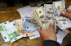 Un hombre cuenta dólares y euros en una casa de cambio de El Cairo. REUTERS/Mohamed Abd El Ghany