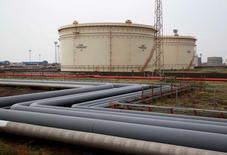 Нефтехранилища на НПЗ Essar Oil в Вадинаре, Индия. Цены на нефть снизились на торгах в понедельник из-за роста буровой активности в США. REUTERS/Amit Dave/File Photo