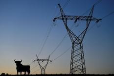 Tras estancarse en el conjunto del año pasado, la demanda de energía eléctrica en España comenzó el 2017 con un crecimiento del 5 por ciento desestacionalizado en el mes de enero, un mes marcado por una intensa ola de frío, según los datos divulgados por Red Eléctrica el martes.  En la imagen, torres eléctricas al atardecer en El Berrón, Asturias, el 25 de enero de 2017. REUTERS/Eloy Alonso