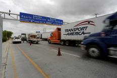 FOTO DE ARCHIVO-Camiones esperan para cruzar el control aduanero fronterizo hacia Estados Unidos en el Puente World Trade en Nuevo Laredo, México, el 2 de noviembre de 2016.  REUTERS/Daniel Becerril/File photo