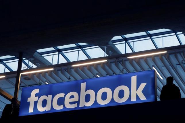 1月31日、米フェイスブックは米アップルの「アップルTV」を含むテレビ視聴用セットトップボックス向けのアプリを開発する。17日撮影(2017年 ロイター/Philippe Wojazer)