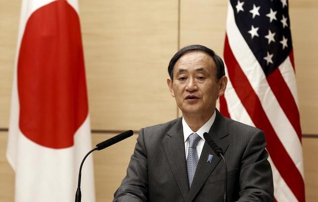 2月1日、菅義偉官房長官は午前の会見で、米国のトランプ大統領が日本について通貨安誘導を行ってきたとの認識を示したことについて、「日本はG7やG20の合意に沿った政策を進めており、そうした方針に変わりはない」と語った。写真は都内で2015年12月撮影(2017年 ロイター/Thomas Peter)