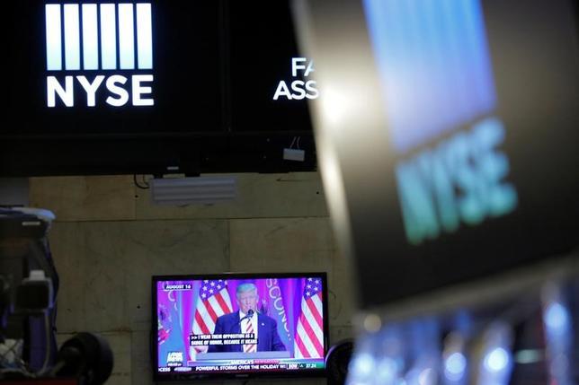 1月30日、ドナルド・トランプ氏の登場により、ようやく投資家は、自分たちと同じくらい頻繁に間違いを犯す大統領を得た。写真は2016年12月、ニューヨーク証券取引所のスクリーンに映るトランプ氏(2017年 ロイター/Andrew Kelly)