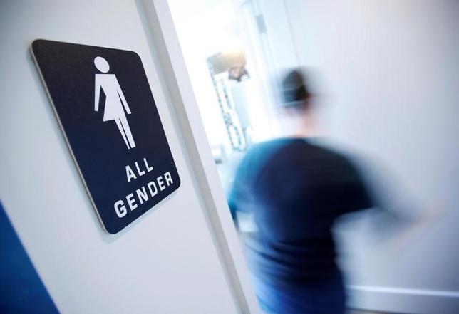1月31日、米ホワイトハウスは、声明を出し、オバマ前大統領が2014年に出した職場での差別から性的少数者(LGBT)を守るとする大統領令を維持する方針を表明した。写真はトイレにジェンダーフリーのサイン。ノースキャロライナ州ダーラムのコーヒーショップで昨年5月撮影(2017年 ロイター/Jonathan Drake)