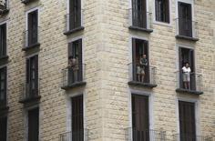 El precio de la vivienda usada sufrió en enero un descenso del 5,6 por ciento interanual, según mostró el miércoles un informe que apunta a que la recuperación del sector en España es desigual. En la imagen, un bloque de apartamentos en el barrio Gótico de Barcelona, 18 de agosto de 2015. REUTERS/Albert Gea