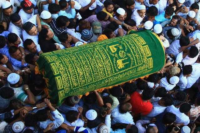 Supporters carry the coffin of Ko Ni, a prominent member of Myanmar's Muslim minority and legal adviser for Myanmar's ruling National League for Democracy, after he was shot dead, in Yangon, Myanmar January 30, 2017. REUTERS/Mg Nyi Nyi