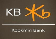 Логотип Kookmin Bank в отделении банка в Сеуле 2 августа 2010 года. Южнокорейский банк Kookmin планирует продать свою долю в 41,93 процента в казахстанском банке ЦентрКредит группе местных инвесторов, включающей Цеснабанк, говорится в сообщении Казахстанской фондовой биржи. REUTERS/Lee Jae-Won