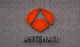 Antena3 del grupo Atresmedia se mantuvo en enero como líder de audiencia por segundo mes consecutivo, con una cuota de pantalla del 13,3 por ciento, frente al 13 por ciento de su rival más directo, Telecinco, de Mediaset España.  En la imagen, el logo de Antena 3 en la sede de la compañía en San Sebastián de los Reyes, cerca de Madrid, el 14 de diciembre de 2011. REUTERS/Sergio Pérez
