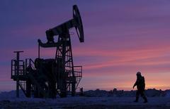 Насос-качалка на нефтяном месторождении в Башкирии. Цены на нефть поднялись выше $56 за баррель торгах в среду благодаря сокращению добычи Россией и ОПЕК.   REUTERS/Sergei Karpukhin/File Photo