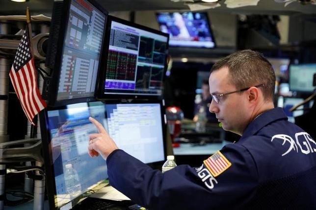 2月1日、米国株式市場は、ダウ工業株30種とS&P総合500種が反発して取引を終えた。S&Pの上昇は5日ぶり。アップル株が大きく値上がりし、主要株価指数を押し上げた。写真はニューヨーク証券取引所、1月31日撮影(2017年 ロイター/Lucas Jackson)