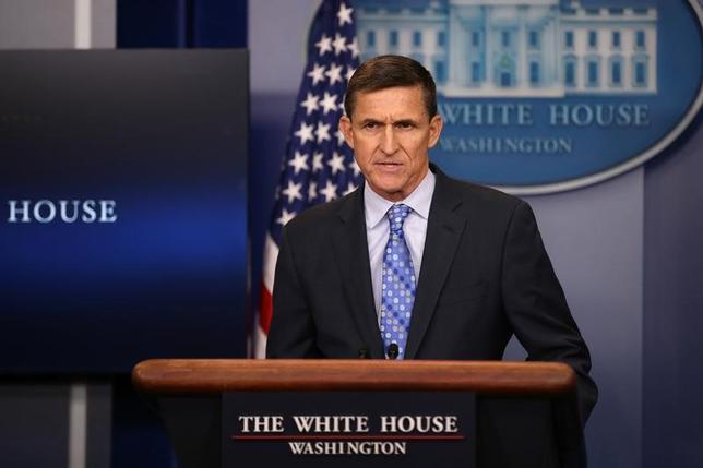 2月1日、米ホワイトハウスは、イランの弾道ミサイル発射実験を受け、同国に「警告する」と表明し、対応を検討していることを明らかにした。イランに対し強硬な姿勢を示した格好で、中東地域の緊張が高まる可能性が出てきた。写真はフリン米大統領補佐官(国家安全保障問題担当)(2017年 ロイター/Carlos Barria)
