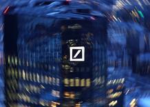Deutsche Bank a annoncé jeudi une perte nette de 1,9 milliard d'euros au quatrième trimestre, supérieure aux attentes du marché, le coût de ses litiges hérités du passé ayant annulé les gains dégagés de son activité de trading obligataire. /Photo prise le 31 janvier 2017/REUTERS/Kai Pfaffenbach