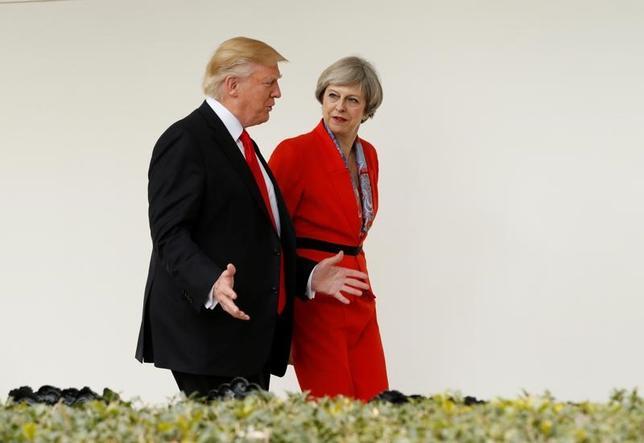 2月1日、英国のメイ首相(写真右)はトランプ米大統領との関係強化を求めており、欧州連合(EU)加盟国の間では離脱交渉を前に懸念が強まっている。ワシントンで1月撮影(2017年 ロイター/Kevin Lamarque)
