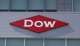 Dow Chemical, à suivre à Wall Street. Le groupe sud-coréen SK Innovation a annoncé racheter les activités éthylène acide acrylique (EAA) du géant de la chimie aux Etats-Unis et en Espagne pour 370 millions de dollars. /Photo d'archives/REUTERS/Rebecca Cook