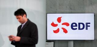 EDF a confirmé jeudi un plan de suppressions de postes qui devrait conduire à une diminution des effectifs d'environ 6% en France d'ici à fin 2019, sans licenciement. /Photo d'archives/REUTERS/Gonzalo Fuentes