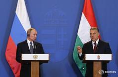Премьер-министр Венгрии Виктор Орбан (справа) и президент России Владимир Путин на встрече в Будапеште 2 февраля 2017 года. Россия продлила контракт с Венгрией о поставках газа до 2021 года и договорилась начать переговоры о его дальнейшей пролонгации после его истечения, сказал премьер-министр Венгрии Виктор Орбан на встрече с российским президентом Владимиром Путиным в четверг. REUTERS/Laszlo Balogh